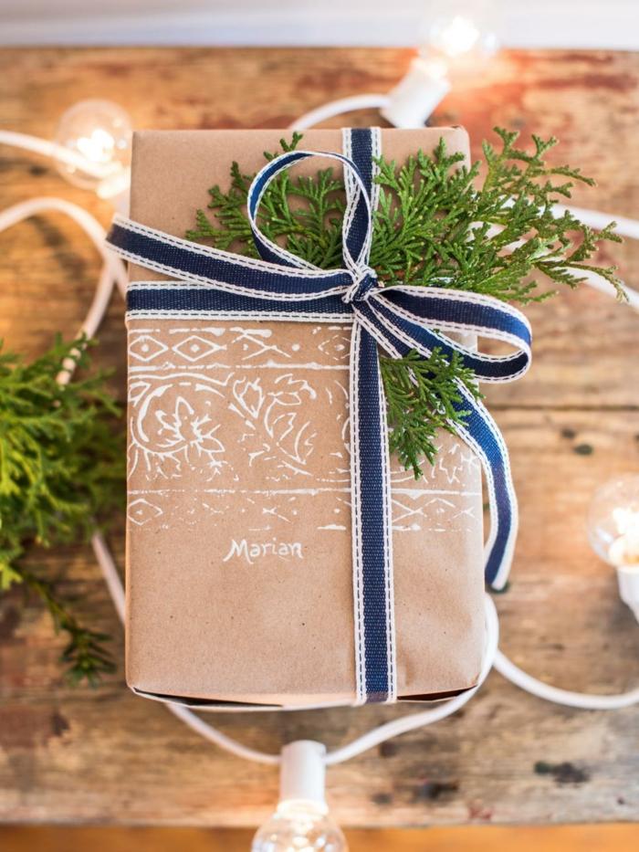 Geschenke kreativ verpacken - braunes Papier, blaues Band und Zweig, gedruckter Namen