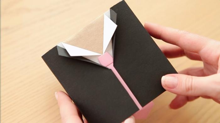 ein Geschenk wie ein Hemd falten mit rosa Krawatte - Geschenke verpacken Anleitung