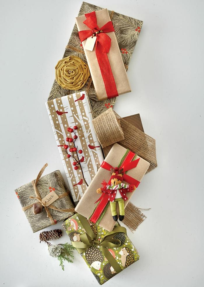 ein paar weihnachtliche Geschenke mit weihnachtlichen Symbole - Geschenke kreativ verpacken