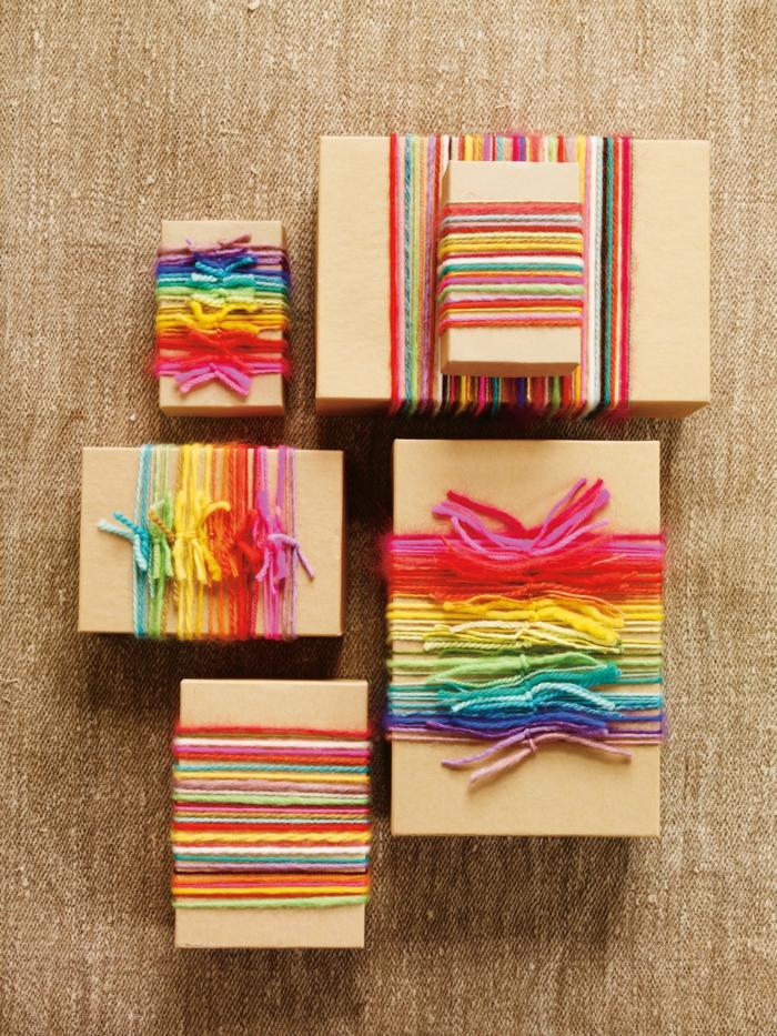 Geschenke verpacken Anleitung bunte Fäden drehen um die Verpackungen bunter zu machen