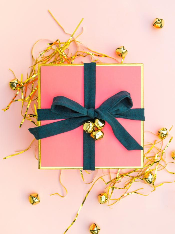 rosa Verpackung mit goldene Glockenn und blaues Band - Geschenke verpacken Anleitung