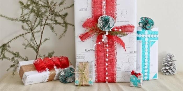rote und blaue Bänder Geschenke in weißen Verpackungen - Geschenke verpacken Anleitung