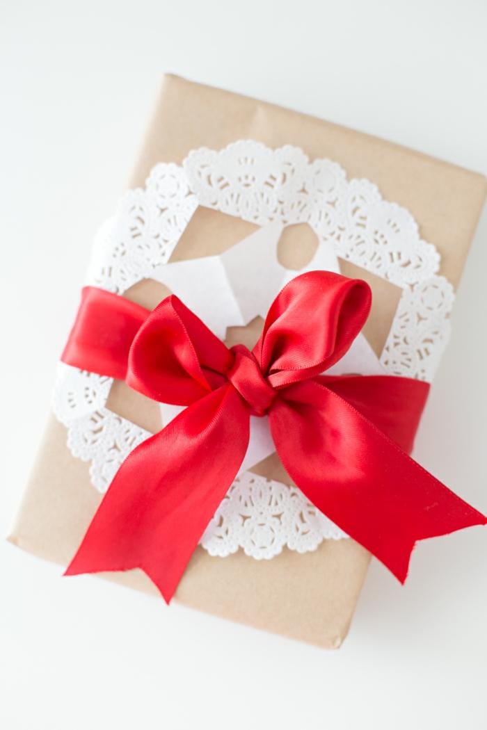 weiße Spitze und rotes Band schlichtes Design - Geschenke verpacken Anleitung