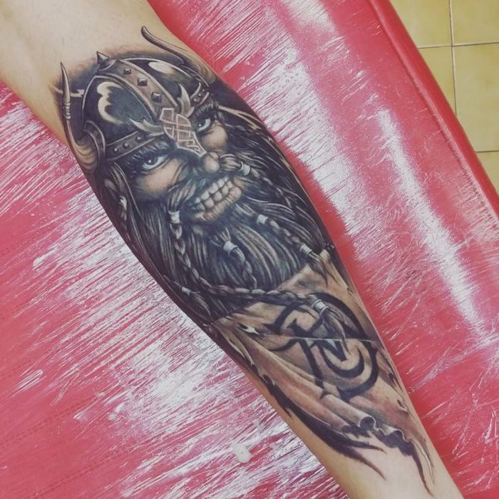 vikings tattoo, wikinger, helm, bart, zöpfe, armtattoo