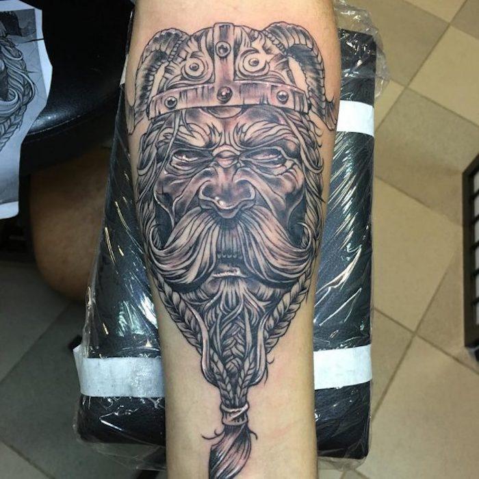 mann, wikinger, langer schnurrbart, helm, armtattoo