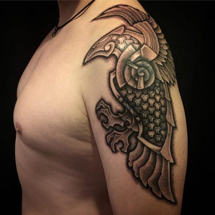 mann, oberarmtattoo in schwarz und grau, vogel tattoo