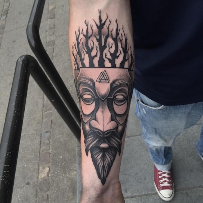 tätowierung in schwarz und grau, sonne, mann, maske, bäume