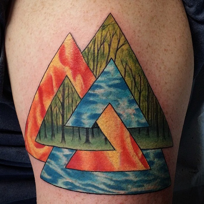 tätowierung in verschiedenen farben, dreiecke, beintattoo