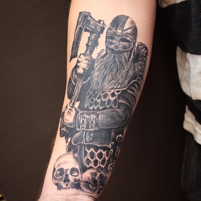armtattoo, tattoo, mann mit waffen und helm, schädel