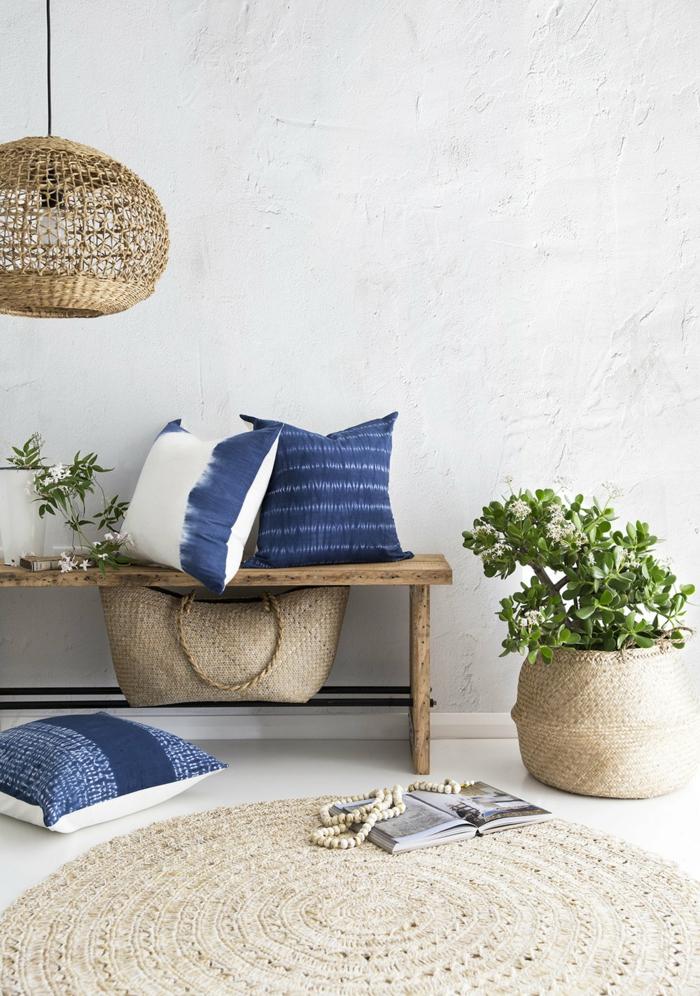 Einrichtung eines Vorzimmer im maritimen Stil, maritime Farben, drei blaue Kissen, gestrickter runder Teppich, gestrickter Lampenschirm