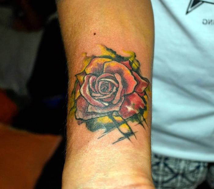eine rote Rose mit gelben Nuancen und grüne Blätter Water Color Tattoo