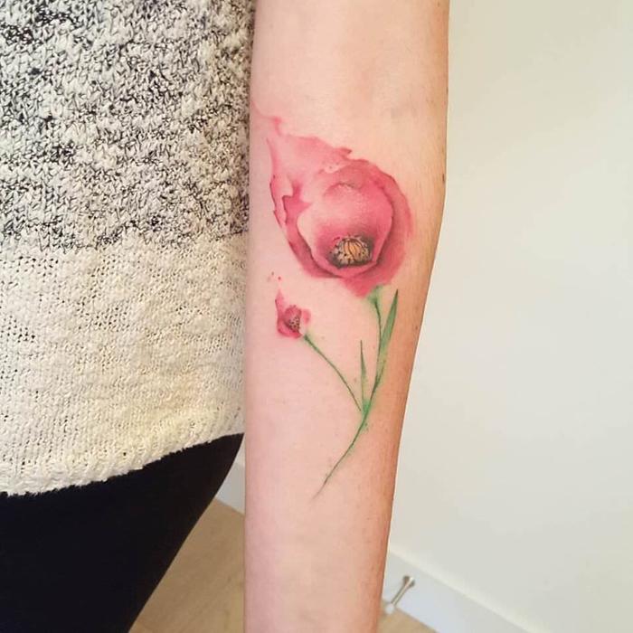 rote Blume mit kleinen und großen Blüten und kurze grüne Blätter Water Color Tattoo