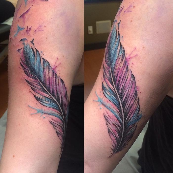 ein Feder in lila und blau mit kleinen Vögel zwei Ecken Water Color Tattoos