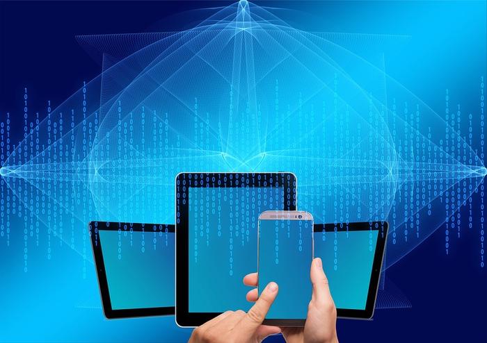 Handys und Tablets auf blauem Hintergrund - Website Gestaltung