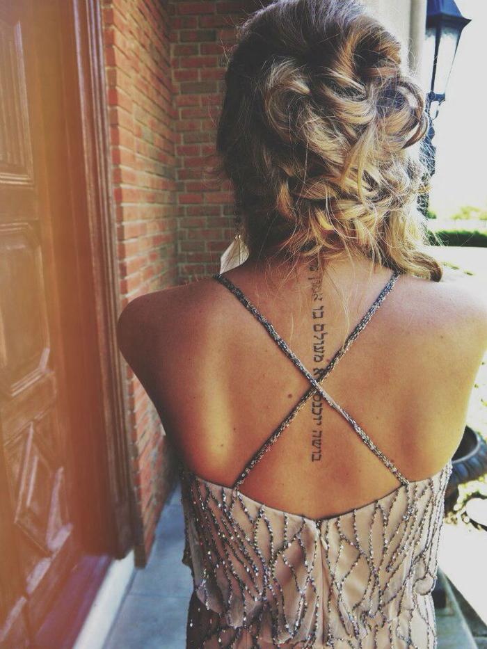 Inspiration für Ihr nächstes Tattoo, Rücken Tätowierung, Buchstaben, Schrift, schlicht und cool