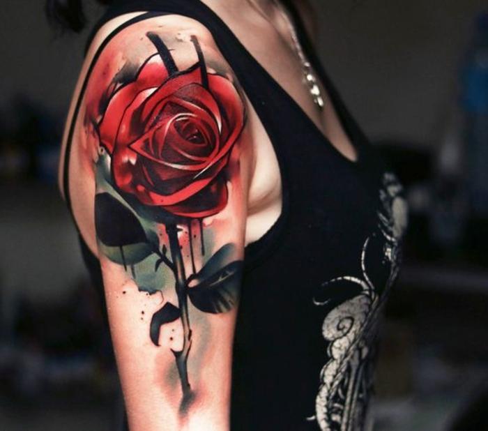 idee für eine tätowierung mit einer großen roten rose mit grünen blättern - idee für tattoo für frauen