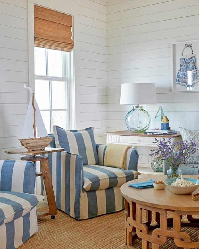 Sofa maritim, Maritime Möbel, zwei Sessel in blauen und weißen Streifen, runder Holztisch, Segelboot aus Treibholz, Lampe in Vase