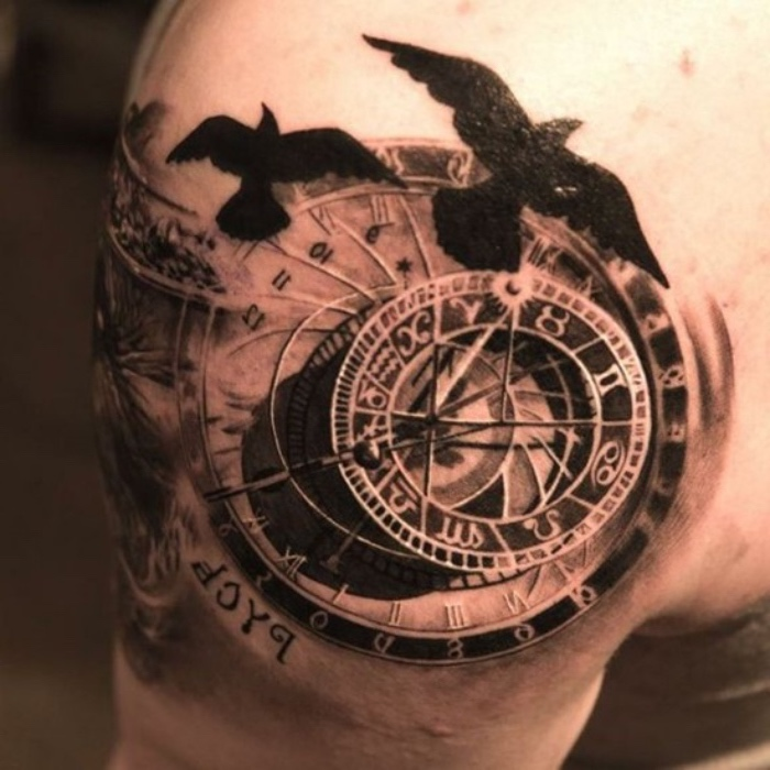 schwarze vögel und ein kompass - idee für ein compass tattoo auf dem schulter