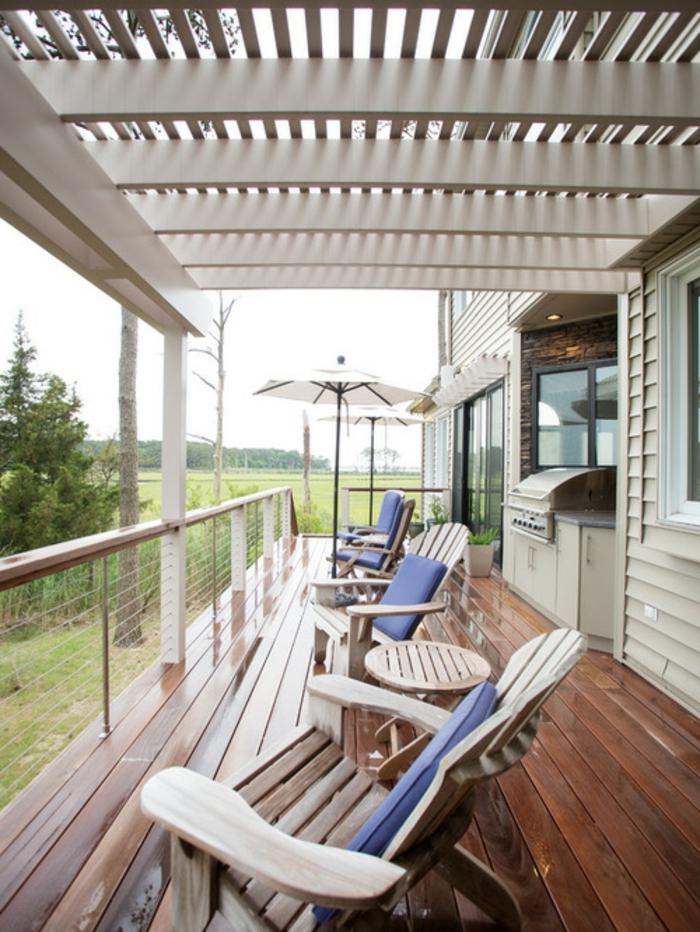Balkonüberdachung aus Holz weiß lackiert Gartenmöbel Sonnenschirm Lounge