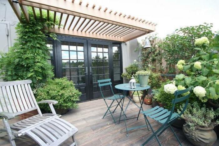 große Terrasse mit Pflanzen gestalten Lounge Möbel und Holz Bodenbelag