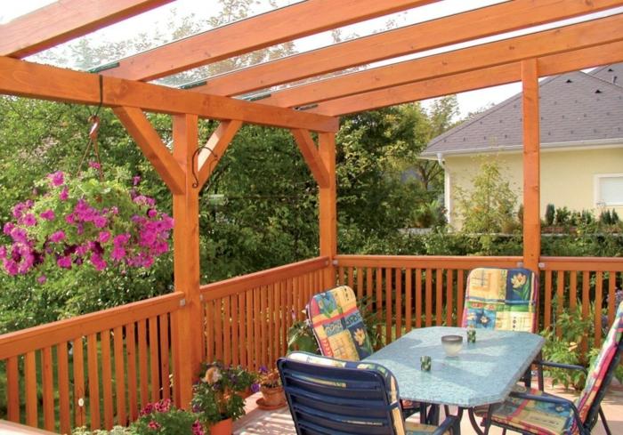 Balkonüberdachungen mit Glas Balkon Pflanzen Gartentisch mit Stühlen