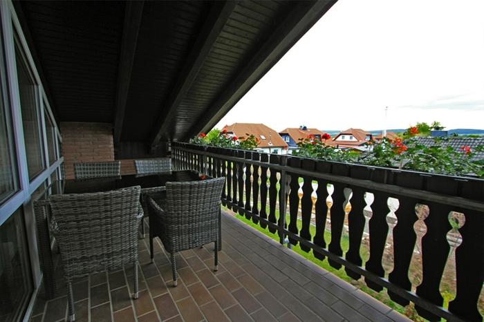Balkonüberdachung Holz Tisch mit Bestuhlung aus Poly-rattan