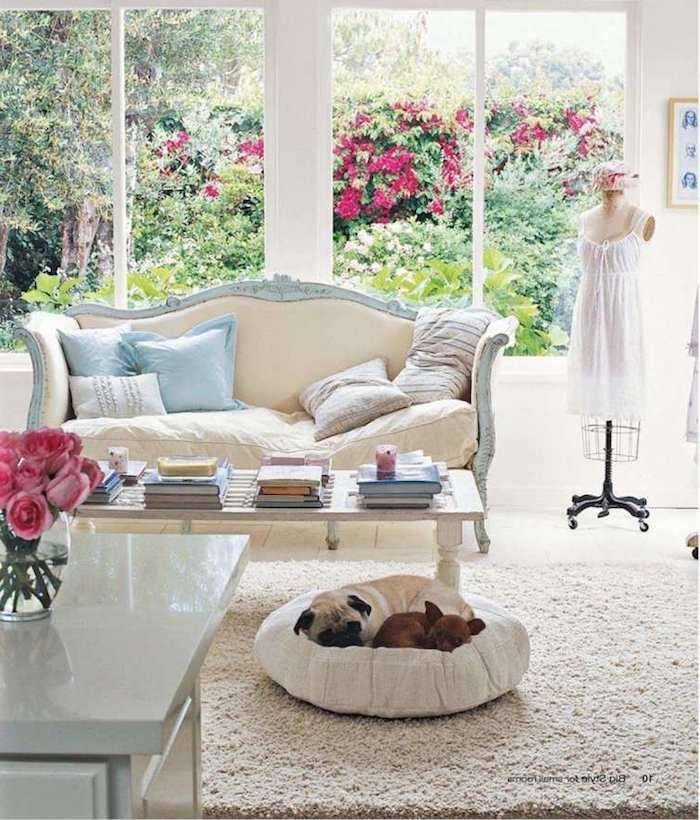 shabby möbel im wohnzimmer, sofa im vintage-look, kaffeetisch