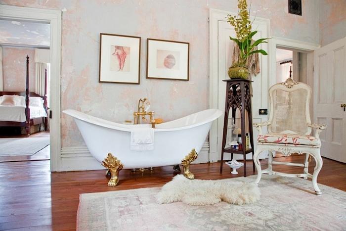badezimmer im shabby chic-stil, freistehende badewanne mit goldenen elementen