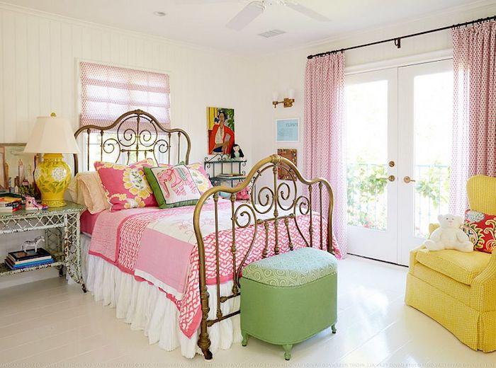 schlafzimmer im shabby chic-stil, bett im retro-stil, rosa gardinen, gelber sessel