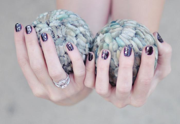 gelnägel bilder, großer silberner ring mit diamanten, schwarzer nagellack