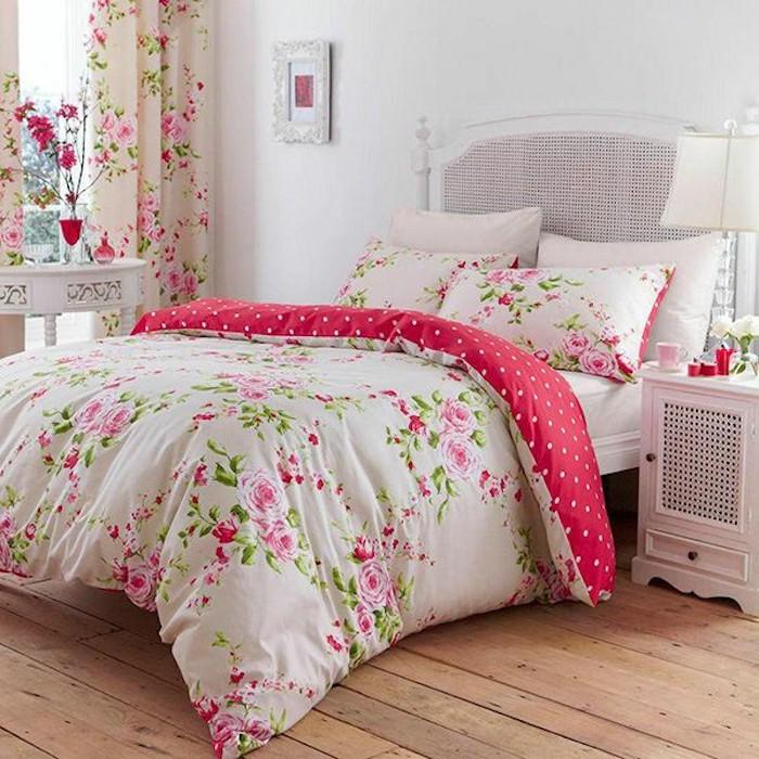 schlafzimmer im shabby chic-stil, großes weißes bett, bunte bettwäsche und gardinen mit rosen