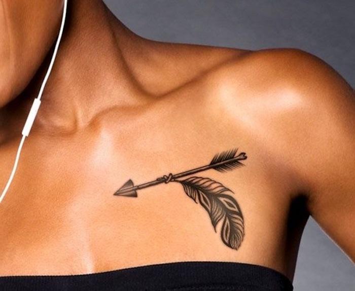tattoos für frauen, tätowierung in schwarz und grau mit feder und pfeil