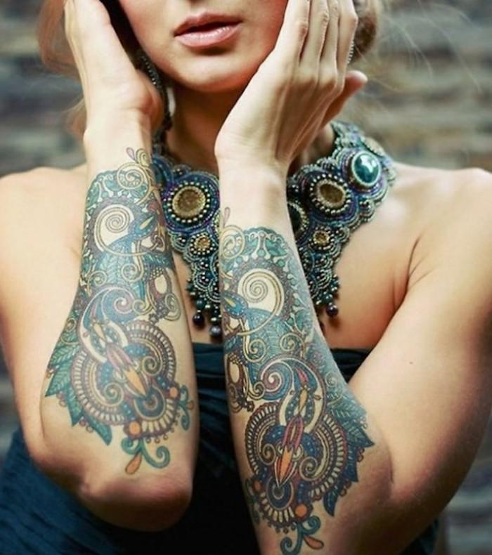 tattoos für frauen, dame mit großer halskette und bunten tätowierungen