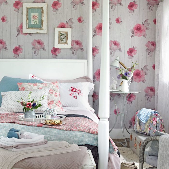 schlafzimmer im shabby chic-stil, graue tapeten mit rosen, weißes bett