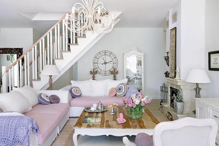 wohnzimmer im shabby chic-stil, sofas in weiß und lila mit bunten dekokissen, kaffeetisch aus holz