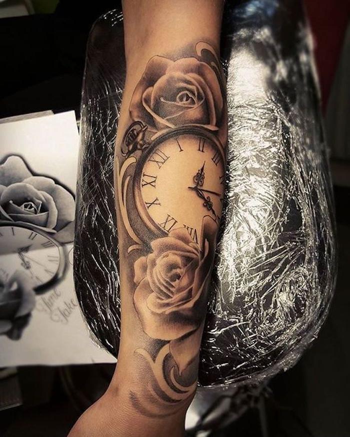 tattoos für frauen, tattoo in schwarz und grau, rosen und kompass
