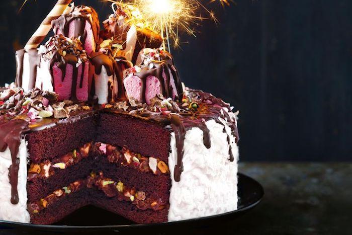 geburtstagskuchen backen, torte mit schokolade-schichten und nüssen