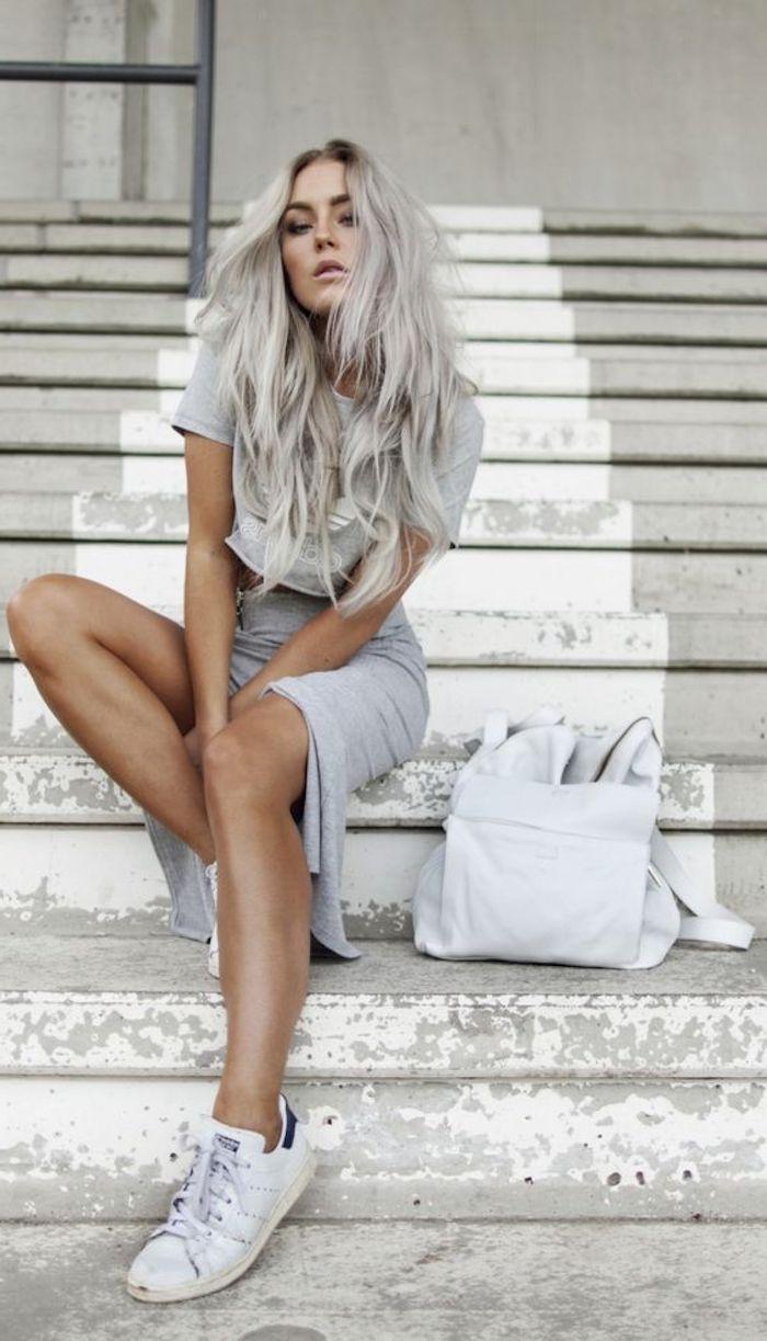 alltagsoutfit, graues t-shirt, weiße tasche, lange graue lockige haare