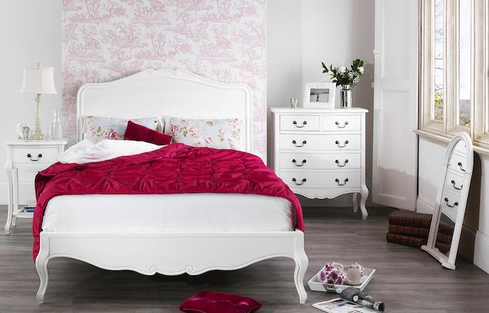 shlafzimmer im shabby chic-stil, weißes bett im vintage-look, weißer schrank mit vielen schubladen