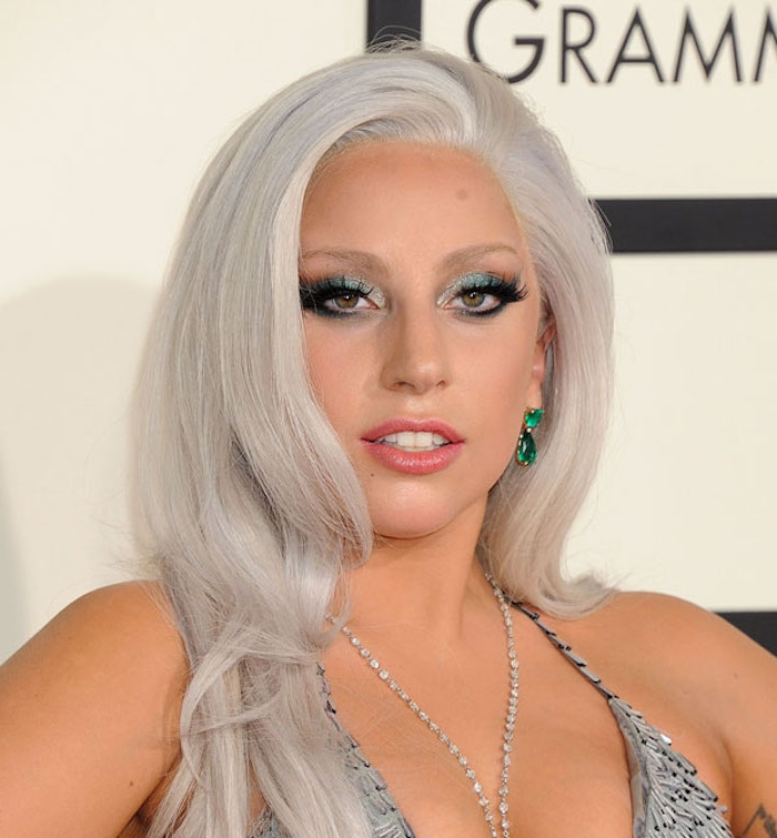 lady gaga, silbernes abendkleid mit pailletten, lange graue haare