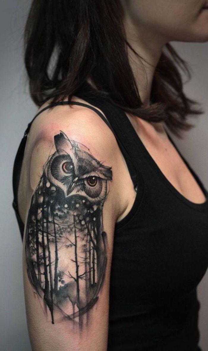 tattoos für frauen, dame mit eule tattoo am oberarm