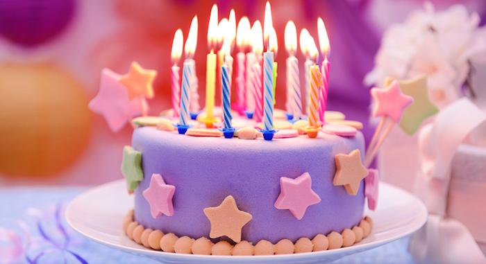 geburtstagskuchen backen, kleine torte in lila dekoriert mit sternen aus fondant