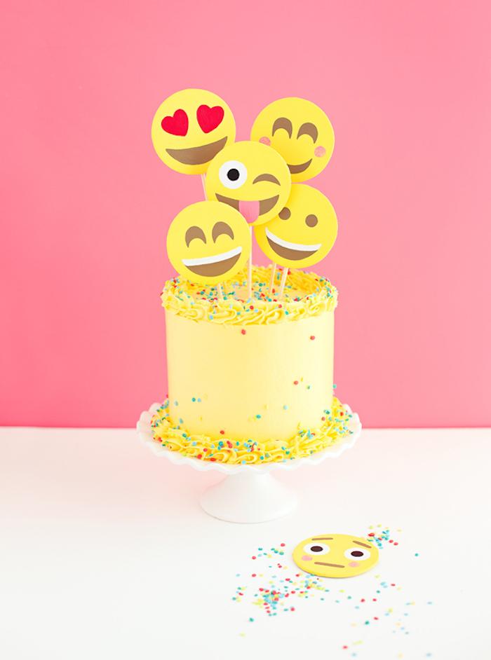 geburtstagskuchen backen, emoji-torte dekoriert mit goldener sahne und streuseln