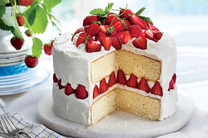 geburtstagskuchen backen, schichten mit vanille, torte mit erdbeeren
