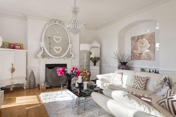 Shabby Möbel Im Wohnzimmer, Großer Runder Antiker Spiegel, Weißes Ledersofa