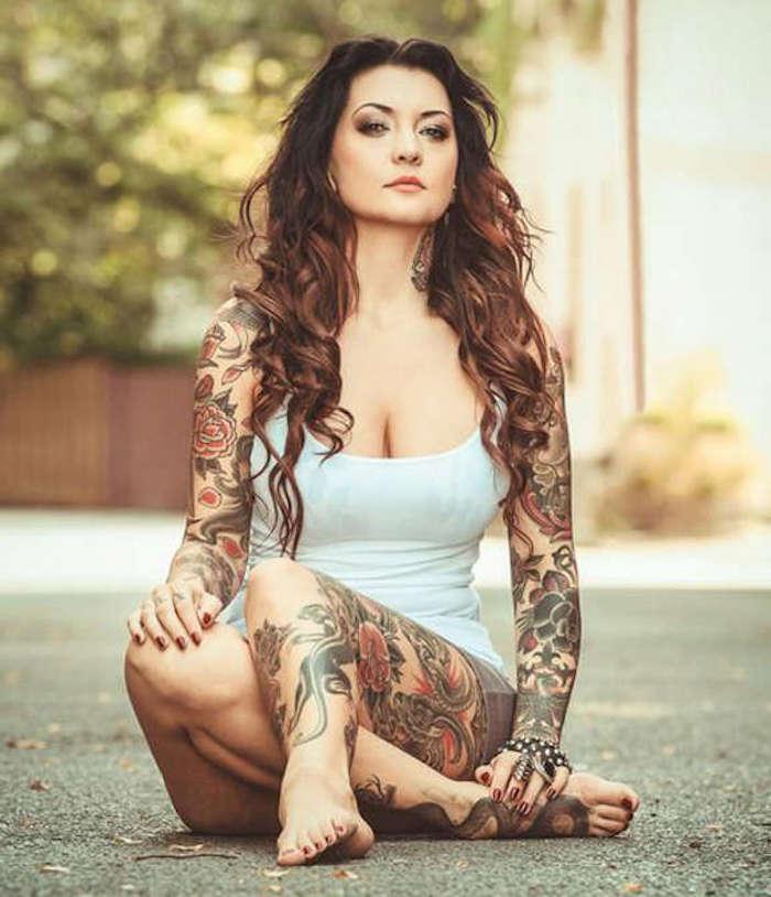 tattoos für frauen, lange braune lockige haare, viele bunte tätowierungen