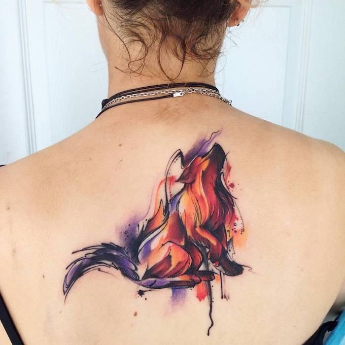tattoo rücken, bunte tätowierung mit fuchs-motiv