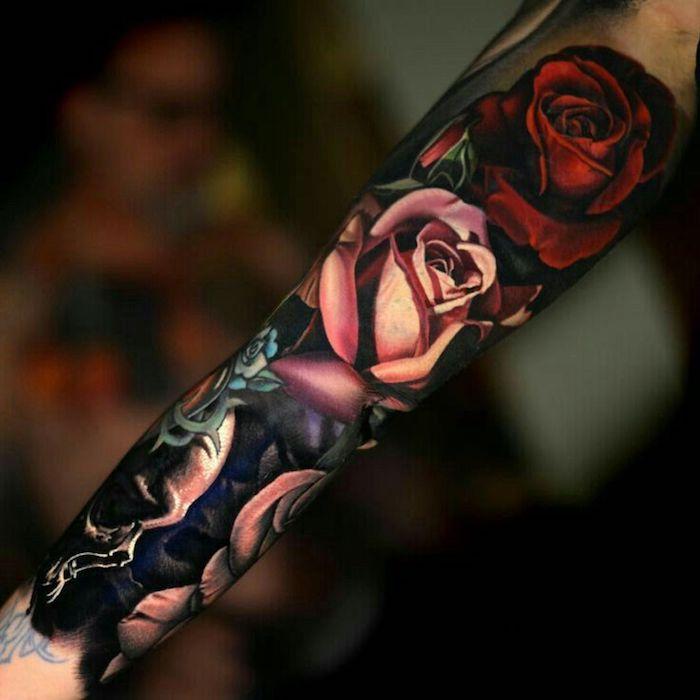 tattoo motive, sleeve tattoo mit rosen und schädel