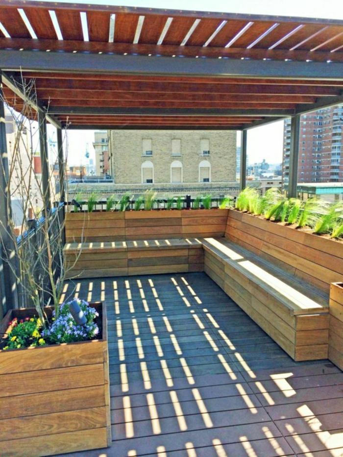 Beschattung überdachte Terrasse gestalten Sitzbänke aus Holz