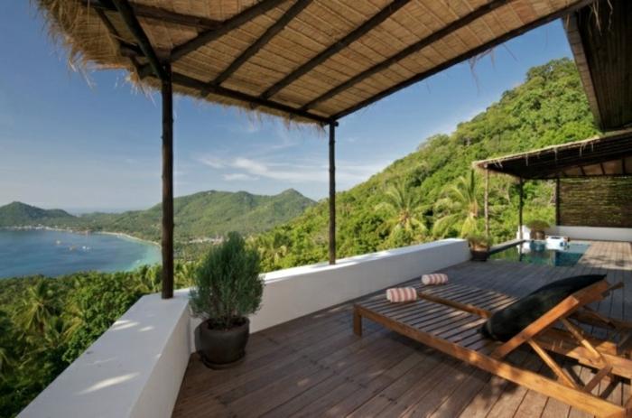 exotischer Balkon Holz Balken Lounge Möbel aus Holz Blumenpflanzen